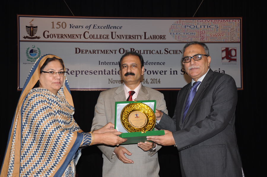 Dr. Mussarrat Jabeen receiving Souvenir from the Vice Chancellor
