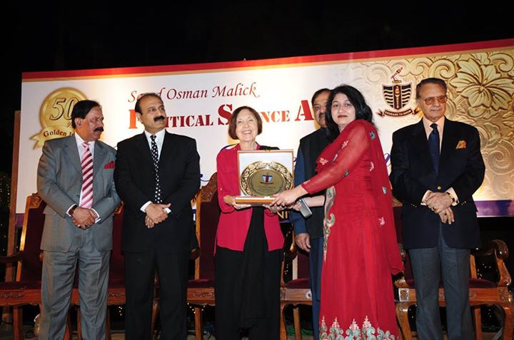 Ms. Fauzia Ghani receiving souvenir from the Chief Guest