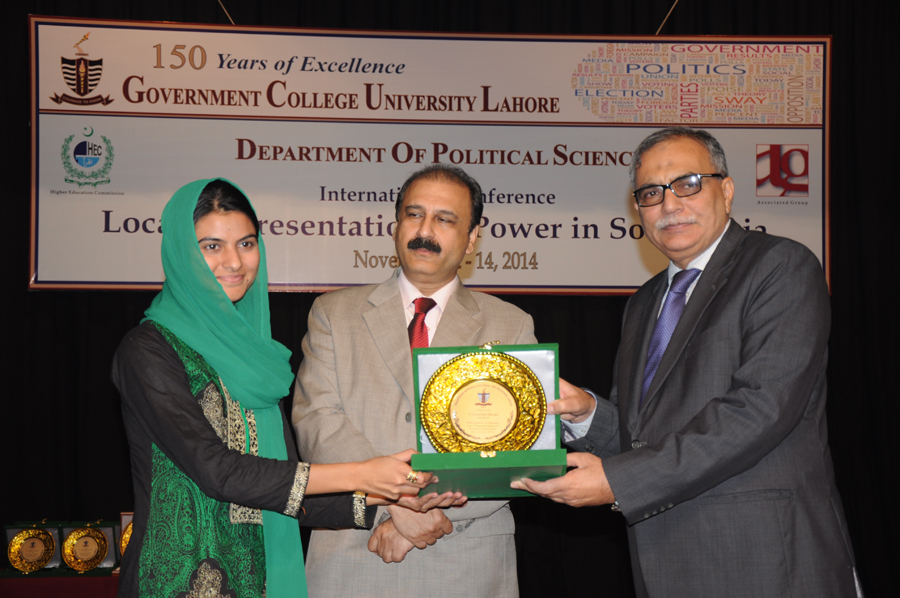 Fehmeedah Khalid receiving Souvenir from the Vice Chancellor
