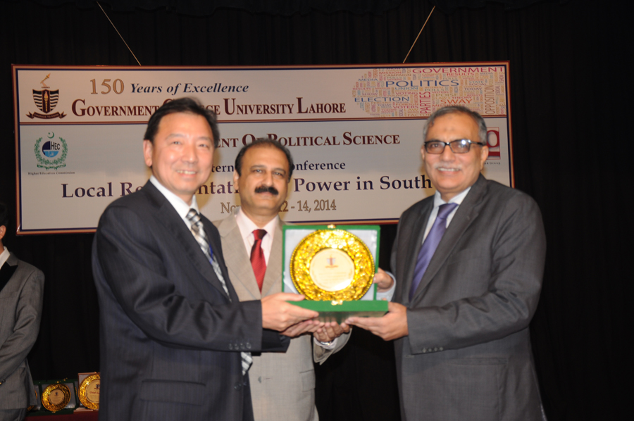 Dr. Li receiving Souvenir from the Vice Chancellor