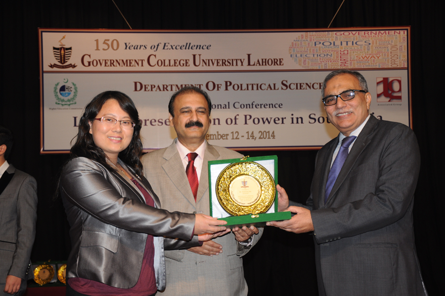 Dr. Xiaoqing Xie  receiving Souvenir from the Vice Chancellor