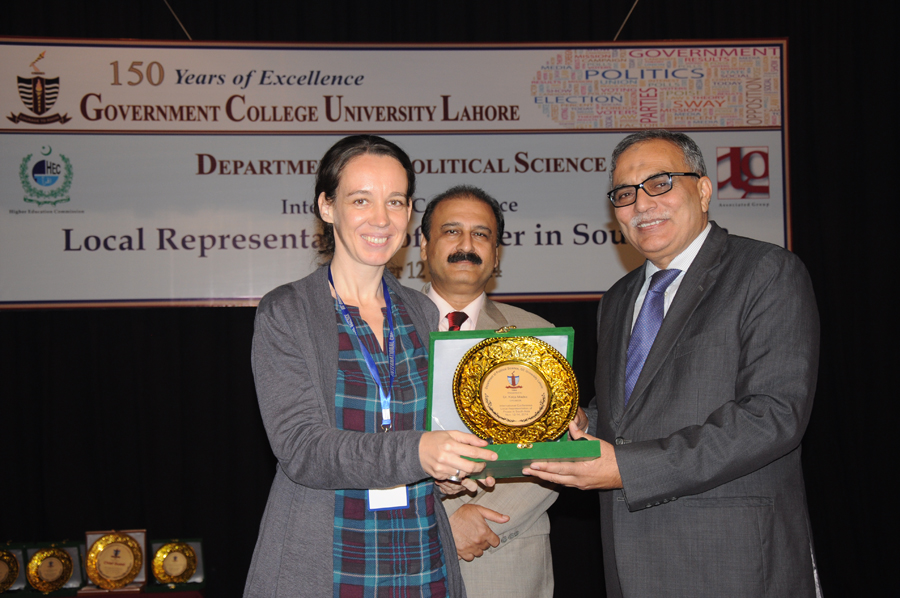 Dr. Katja Mielke receiving Souvenir from the Vice Chancellor