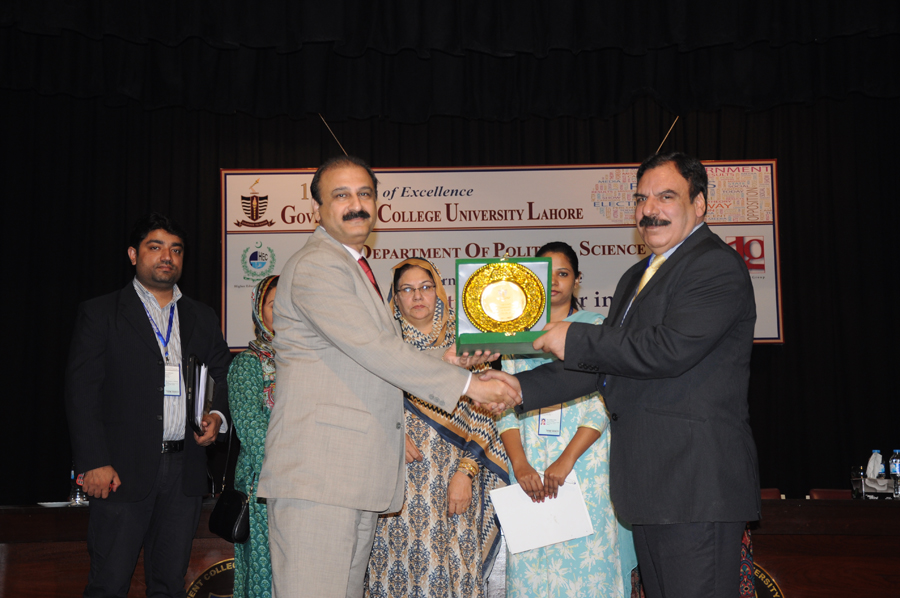 Dr. Khalid presenting  souvenir  to Shaighan Shareef (Session Chair)