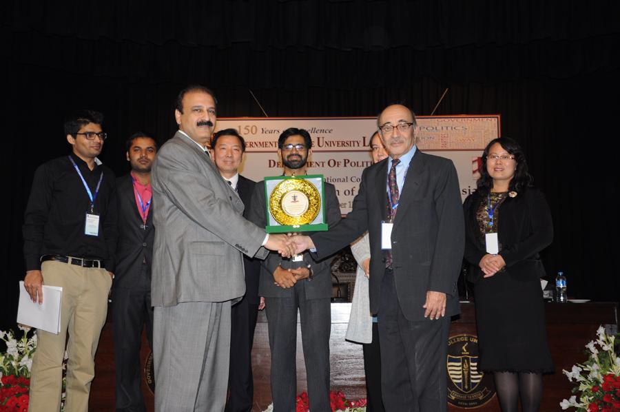 Dr. Khalid presenting  souvenir  to Dr. Farhat (Session Chair)