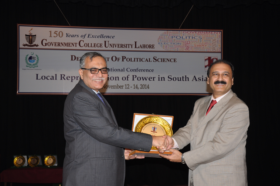 Dr. Butt Presenting Souvenir to Vice Chancellor