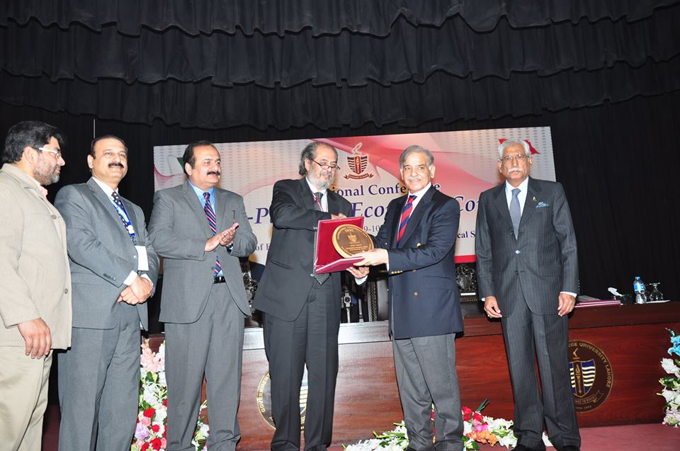 Vice Chancellor presenting Souvenir to the Chief Guest