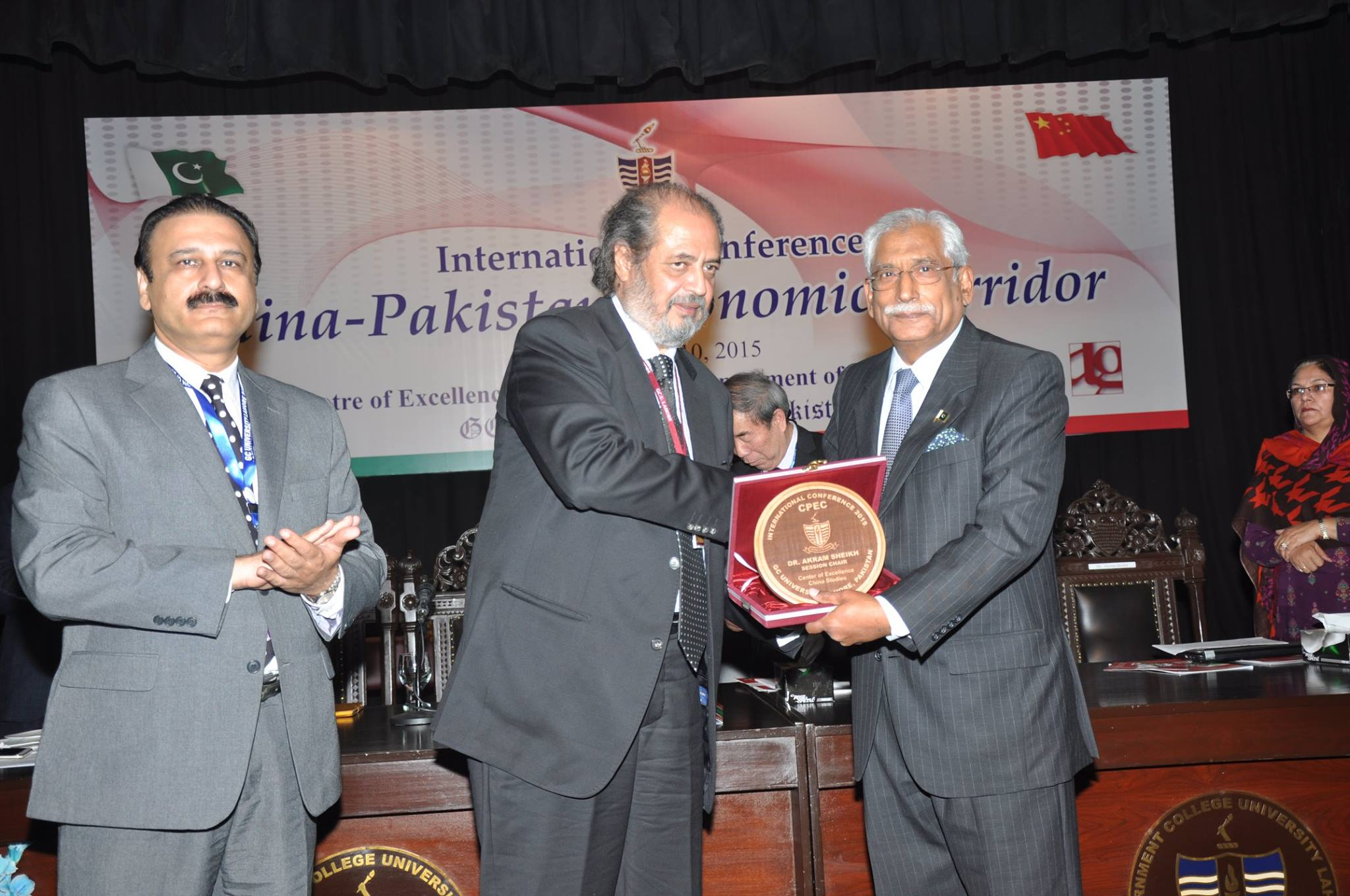 Vice Chancellor presenting Souvenir to the Keynote Speaker of the Conference