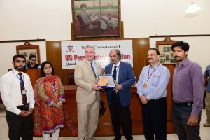 Vice Chancellor presenting Souvenir to the Guest Speaker