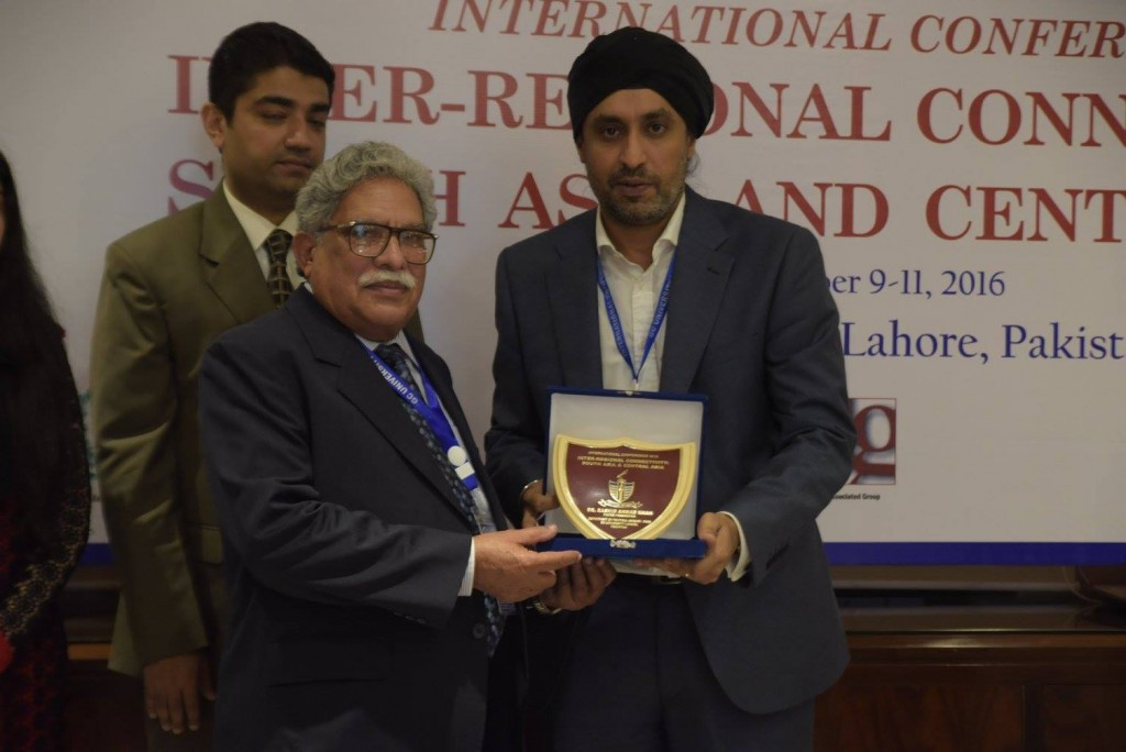 Dr. Rashid Ahmed Khan receiving souvenir from Dr. Sinderpal Singh (National University of Singapore NUS)