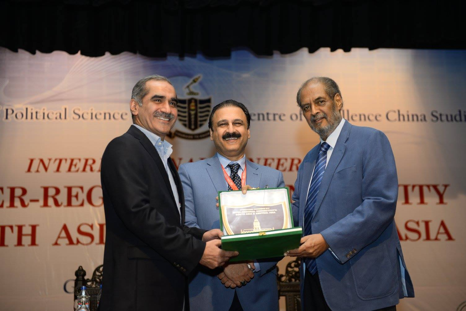Vice Chancellor presenting the souvenir to Chief Guest at Concluding Session
