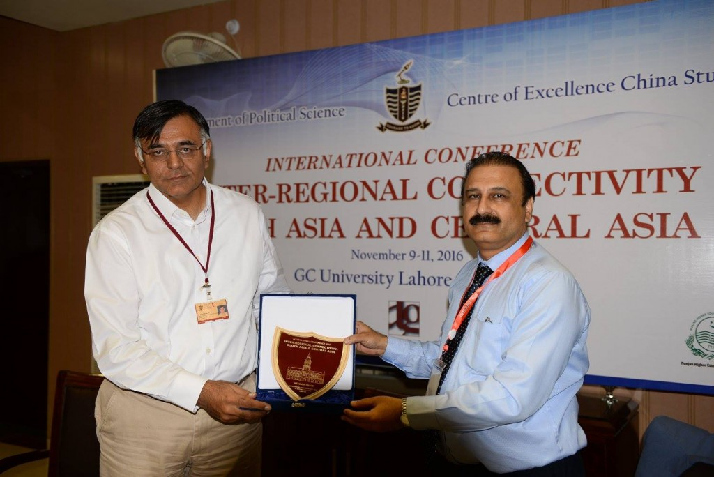 Prof. Dr. Khalid Manzoor Butt presenting souvenir to Chair of Policy Dialogue Prof. Dr. Tahir Kamran