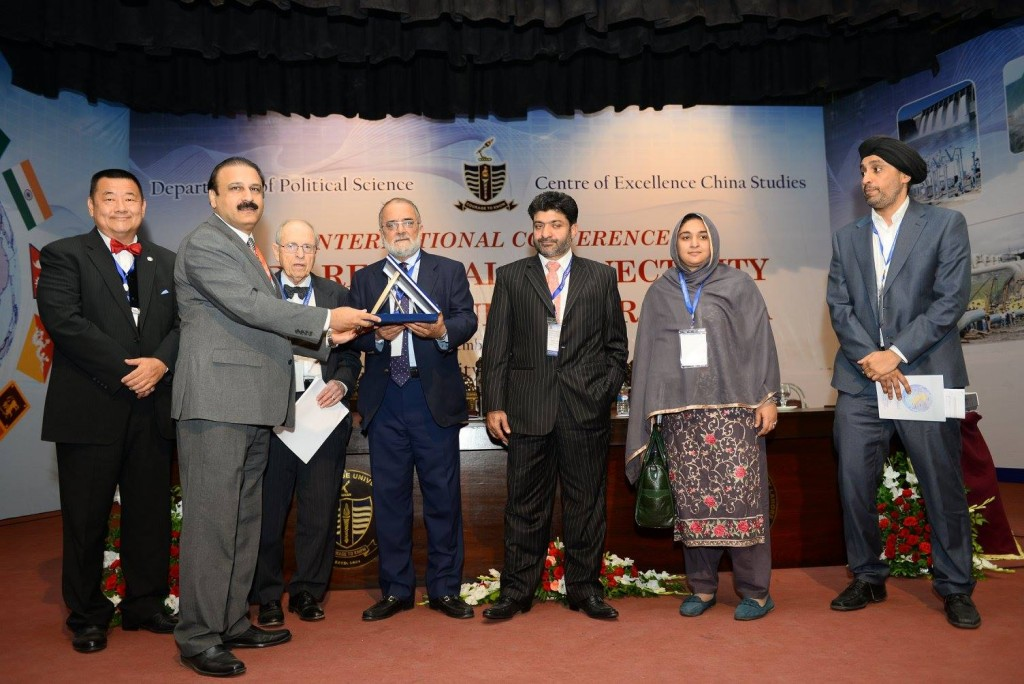 Prof. Dr. Khalid Manzoor giving souvenir to Keynote Speaker
